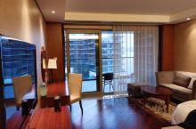 太令人惊喜的酒店。 两个卧室的湖景套房,180多平米,巨大的阳台和落地窗,外面就是千岛湖的核心湖景,
