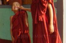 缅甸寺庙里的二个小和尚,卧佛和坐佛。