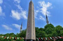 竞技场上与清真寺宣礼塔交相辉映的埃及方尖碑