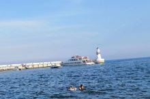 在秦皇岛老龙头的东边有一片辽阔的海域,近十年来才大力开发,山海同湾,加兆业等小区的高楼拔地而起。夏季