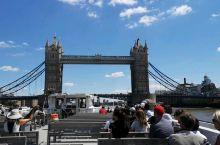 穿越伦敦塔桥,尽享泰晤士河两岸风光。 乘坐宽敞的游轮,买上一瓶好酒或者一份下午茶,吹着海风,享受伦敦