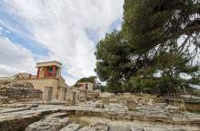 王宫亦迷宫……  克诺索斯宫殿,也叫迷宫。是公元前1700多年米诺斯人在克里特岛上所建的都城。最初的