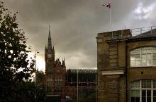 """九又四分之三站台  在J.K.罗琳(J.K. Rowling)的系列小说《哈利·波特》中,""""九又四分"""