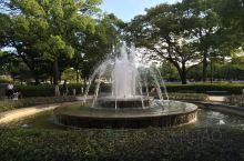 广岛是日本第一个被原子弹轰炸过的城市。第二次大战中,这座城市满目疮痍,死亡人数过百万。二战后,为了铭