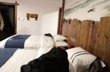 很不错的一个民宿酒店,酒店的风格古朴清雅,房间很舒适。坐落在乾州古城内,晚上很安静没有市区的喧闹,空
