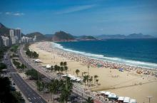 ①世界上最有名的海滩之一—— 科帕卡巴纳海滩 位于里约热内卢市的黄金地段 海岸沿线长达 4.5 公里