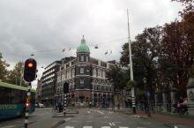 荷兰阿姆斯特丹的博物馆广场周边除了有各式各样的博物馆外,也有很多有特色的建筑,还有纵横交错的河道,以