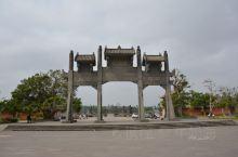 雷祖祠始建于唐贞观十六年,是纪念唐代雷州首任刺史陈文王的祠堂,是雷阳八景之一。面积很大雄伟壮观,是岭