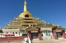 东嘎寺在四川甘孜州的色达县,在县城的旁边,建在半山腰,非常险要