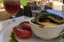 这家餐厅位于黄金海岸的海滩边,景色非常的漂亮,面朝大海,一边可以欣赏湛蓝的海景,一边品尝这里的美食。