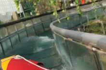 龙泉玻璃水滑梯 龙泉玻璃水滑梯全长1600米,落差80米,滑行过程约5分钟,途中有360度旋转回弯道