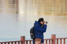 冬天雪后的雁栖湖畔格外美,皑皑白雪落在雁栖湖畔和长堤上与湖边上的薄冰相连形成不同的层次,日出东方凯宾
