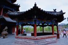 榆林米脂李自成行宫中的梅花亭,又称八卦亭,单檐八面坡凉亭式建筑,八柱环绕,柱间砌坐凳式砖栏,东西通道