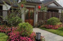 小别墅式的酒店,独立客厅、独立卧室和独立卫浴以及独立小花园,值得住上几晚,早餐还行,有地方特色。
