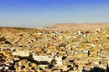 菲斯,是北非史上第一个伊斯兰城市,也是摩洛哥一千多年来宗教、文化与艺术中心。菲斯河在此分支,适宜农耕
