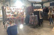 圣乔治市场的氛围极好。商品琳琅满目,颇多古玩小件,斑斓彩裳。若说何等精美,倒也未必。卖者未必逐利,过