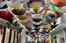 各式各樣的傘讓人大開眼界、是第一座以傘為主題的觀光工廠,觀光工廠的天花板用色彩繽紛的雨傘作裝飾,來到