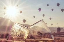 #土耳其#带上闺蜜,浪漫的飞 在卡帕多奇亚的第三个清晨,很幸运,无风无雨,热气球如约飞上了天空。黑暗