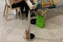 都说老外开放,但是白头偕老还是老外多,这位老外给他心爱的妻子,谈起钢琴,送出他对妻子节日的礼物!!!