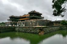 顺化位于越南中部,是越南的三朝古都。顺化皇城古建筑已被列为世界文化遗产。 建于1805年的皇城基本上