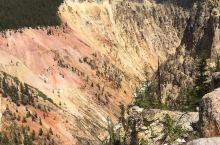美国人对景区的命名就是简单直白,黄石公园就是因为石头含硫黄而呈现黄色的。路上小心点捡到一只石头,黄色