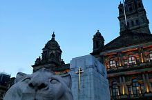 打卡乔治广场上的亚瑟王剑和雄狮雕塑。