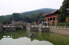 北京第一峰灵山,位于京西门头沟的西北部,距京城122公里,顶峰海拔2302米,是北京的屋脊。灵山的海