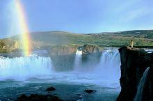接近北纬66度的冰岛,夏季转瞬即逝,短暂而绚烂。除了满山遍野的鲁冰花,融化的积雪为各个瀑布增添了充足