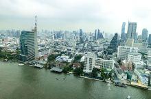 曼谷半岛酒店的总统套房可以看大半个江景,室外还有大浴缸,一边泡澡一边品酒还能一边赏江景和星星月亮,套
