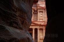佩特拉古城,位于约旦南部,是约旦沙漠中最神秘的古城,更是约旦最负盛名的古迹,同中国的长城、印度的泰姬