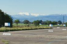 雪山与草地