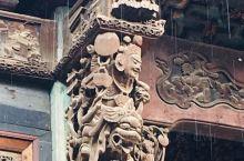 去崇仁镇的时候正在下雨,戏台院门的二重檐以及檐下雕塑都被毁,而戏台檐下的雕塑被老人们用黄泥包裹幸运地