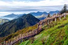 清晨,乘坐首班缆车从映雪湖到达日月坪,其实西岭的缆车也是一大特色,宽敞而快速,不过还是可能因为海拔陡