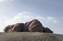 """甘肃瓜洲锁阳279国道旁59米处,清华大学教授设计的""""大地之子""""雕塑"""