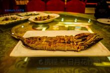 【来布尔津一定要吃的一道菜】 来布尔津一定要吃的一道菜就是烤狗鱼了,淡水冷鱼,只有当地才有的白斑狗鱼