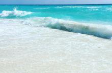 夏季必来的避暑胜地,体验最刺激的项目    我特别喜欢这片沙滩上的茅草伞,与这片洁白的沙滩和碧蓝的海