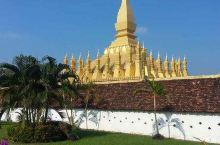 挝的标志性建筑,位于老挝市中心,被一座干净整洁的广场所包围。 它是一组群塔建筑,在建筑艺术上享有盛誉