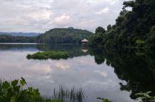 宁静,更使人陶冶情操。天池,处于高山顶上的湖。