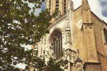 墙壁上的艺术 看点①:哥特式建筑   这次来到的是法国艾克斯的圣苏维尔大教堂。圣苏维尔大教堂拥有美轮