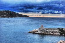 滨海自由城位于尼斯与蒙特卡罗之间,有一个天然海湾。这里住着南法最有钱的人。小镇拥有16世纪的城堡,是