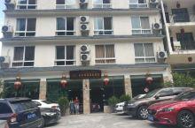 海螺沟山水间温泉大酒店,地理位置好,就在路边,停车方便。老板对人挺好的,特别是柴火鸡挺地道、价格不贵
