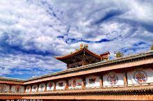 塔尔寺是一个很值得去的景点,不但景色很美,而且还可以学到很多有关寺庙历史的知识,最好是找一个导游带领
