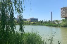 天津工业大学交通便利。地铁三号线大学城站下。三号线连接南站和东站,离南站近。  据说天津工业大学是天