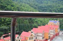 花水湾温泉小镇距离成都八十公里,小镇是欧式风格,有真正的硫磺温泉,所以几乎大部分酒店都有自带温泉,但