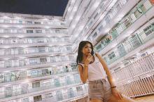 南山村深受香港文青的愛戴,有许多当地人喜欢到这里拍摄照片,小操场上的游乐设施在工字型楼宇的正中间,成