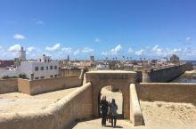 卡萨布兰卡老城区已经有1000多年的历史,它处于海滨,有1000多年前留下的城堡遗址。大家可以登上城