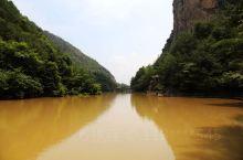 浙江天台的琼台仙谷景区,是一处比较典型的花岗岩地质地貌景观。灵溪为该景区的主景线。沿溪北行,两旁山壁