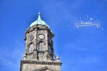 从英国来到爱尔兰的首都都柏林,色彩变得丰富而明朗起来… 爱尔兰通用欧元,开车也用的是公里,这里的自由