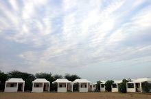 去杰伊瑟尔梅尔沙漠游览,可以住一晚帐篷酒店,骑骆驼,看大漠落日还是有点意思的。帐篷酒店,也算一景,在