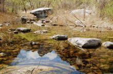 神堂峪的位置在怀柔。景色也很个性,山泉水贯穿全区,神龟石鬼斧神工,古长城雄风犹存,千米沙滩洁白细腻。